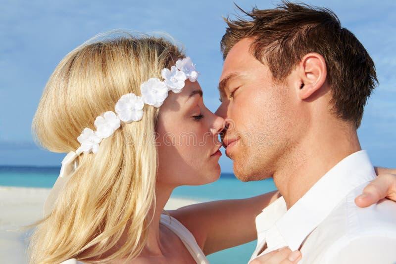 Paare an der schönen Strand-Hochzeit stockbild