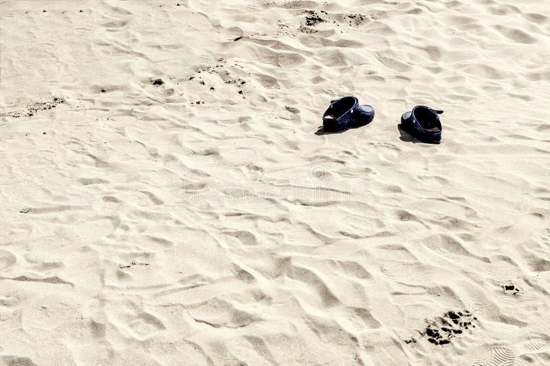 Paare Schuhe auf dem Strand lizenzfreie stockfotografie