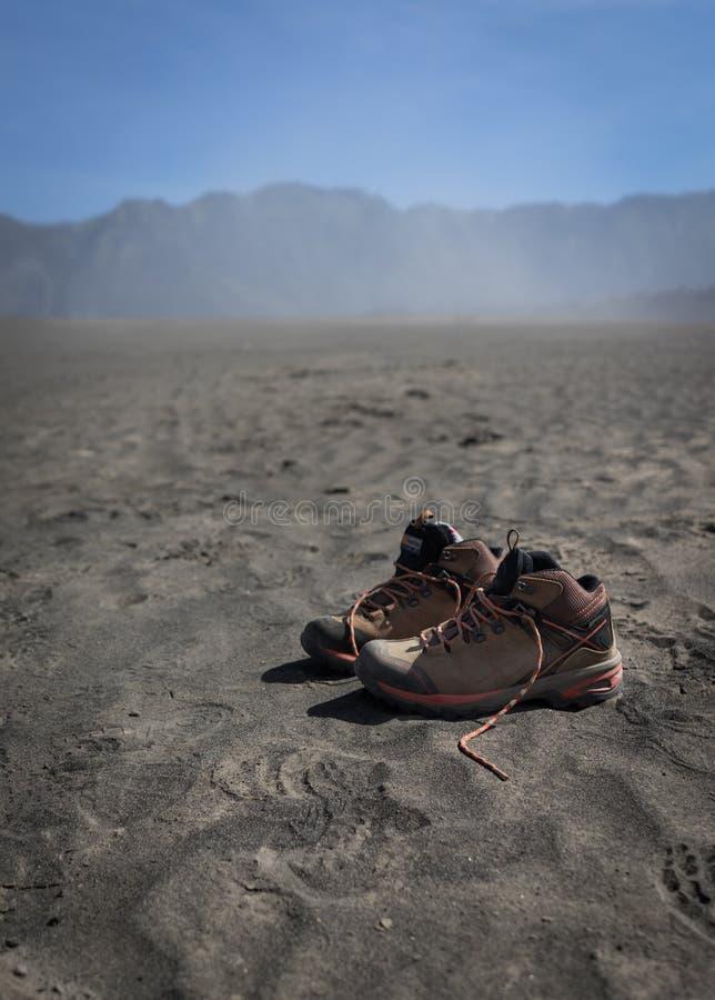 Paare Schuhe auf der Wüste stockbild