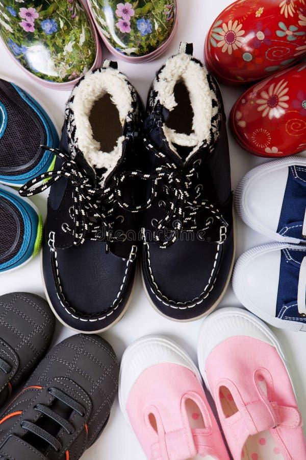 Paare Schuhe der Kinder stockbild