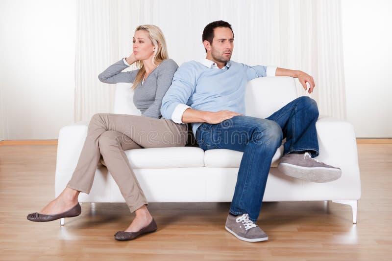 Paare sind heraus über einen Widerspruch gefallen stockbild
