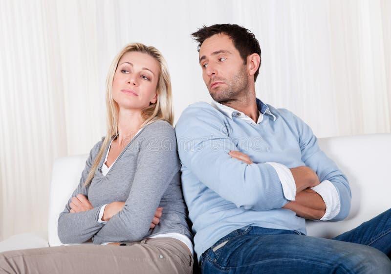 Paare sind heraus über einen Widerspruch gefallen stockfotos