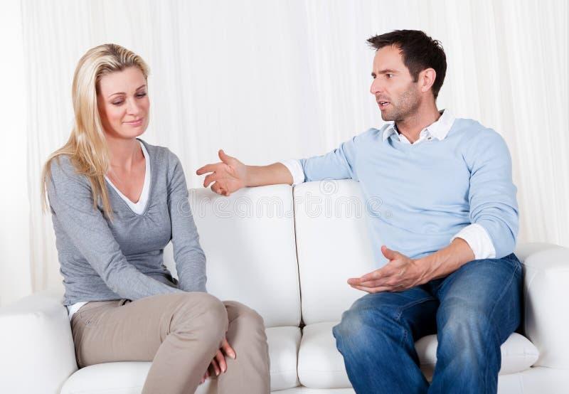 Paare sind heraus über einen Widerspruch gefallen lizenzfreies stockbild