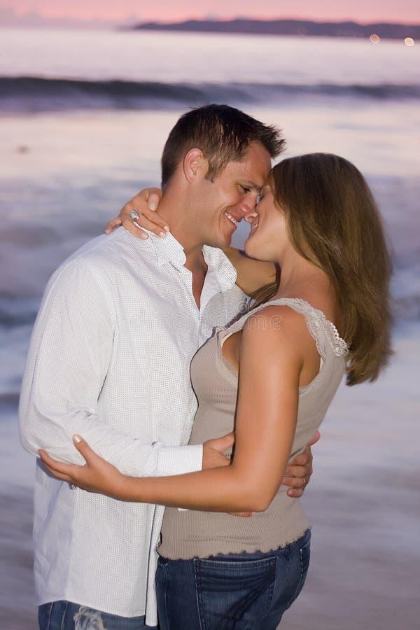Paare am Sonnenuntergang stockbilder
