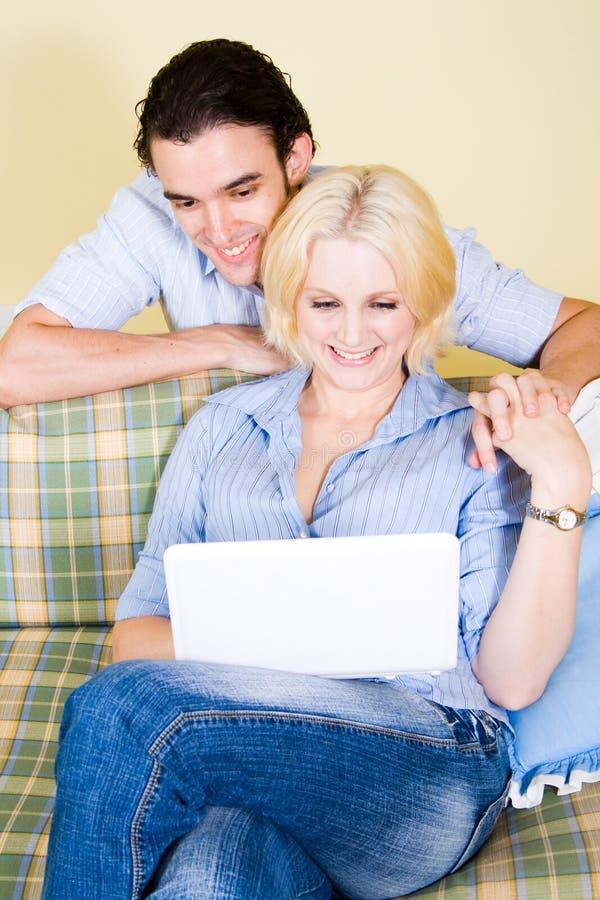 Paare steuern automatisch an stockfoto