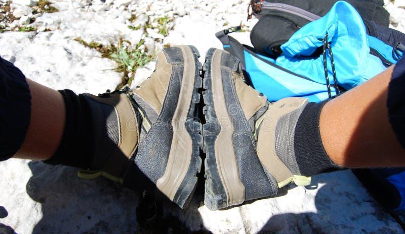 Paare Stiefel nach einem weiten Spaziergang stockbild