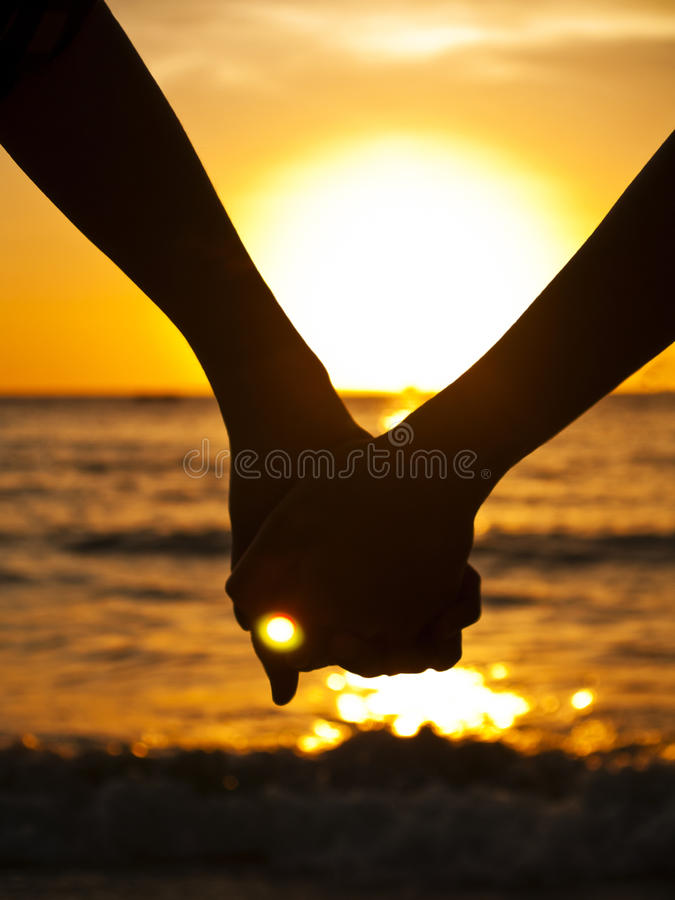 Paare an am Strand lizenzfreie stockfotos
