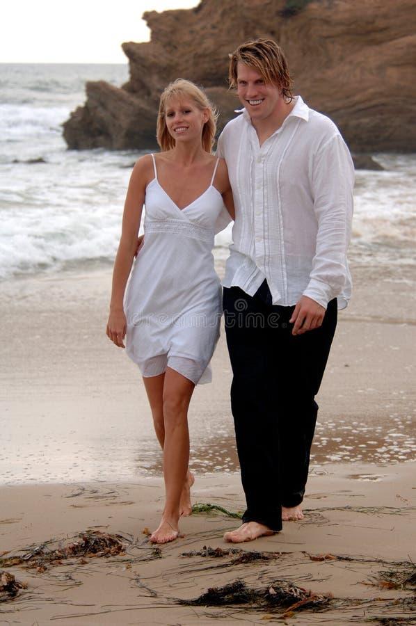 Paare am Strand lizenzfreie stockbilder