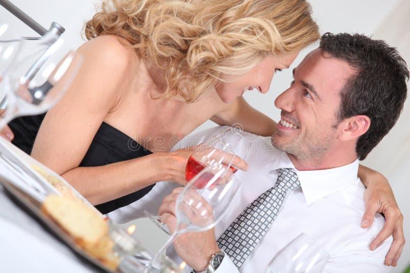 Paare am Tisch lizenzfreie stockfotos