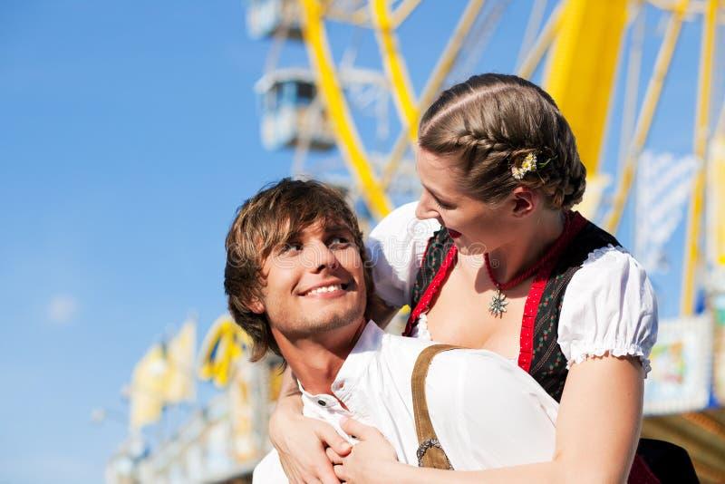Paare in Tracht auf Dult oder Oktoberfest lizenzfreie stockbilder