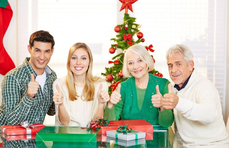 Paare und ältere Leute, die Daumen am Weihnachten hochhalten lizenzfreie stockfotos