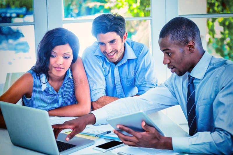 Paare und Immobilienagentur, die sich zusammen besprechen lizenzfreie stockbilder