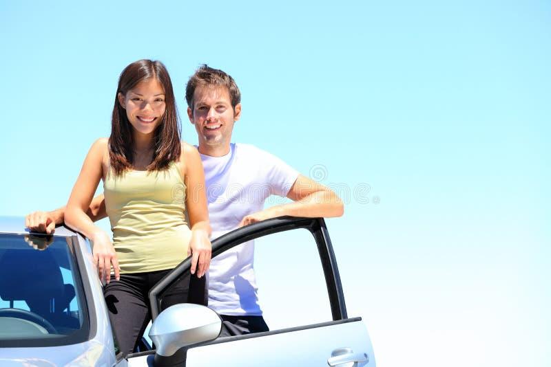 Paare und neues Auto lizenzfreies stockfoto