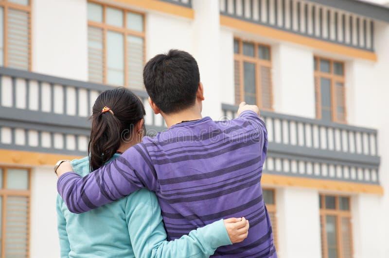 Paare und neues Haus lizenzfreies stockfoto