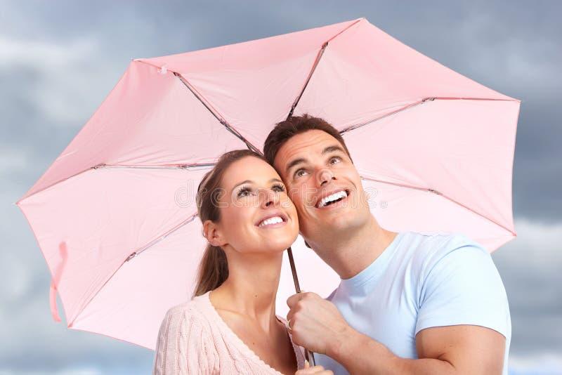 Paare unter Regenschirm lizenzfreies stockbild