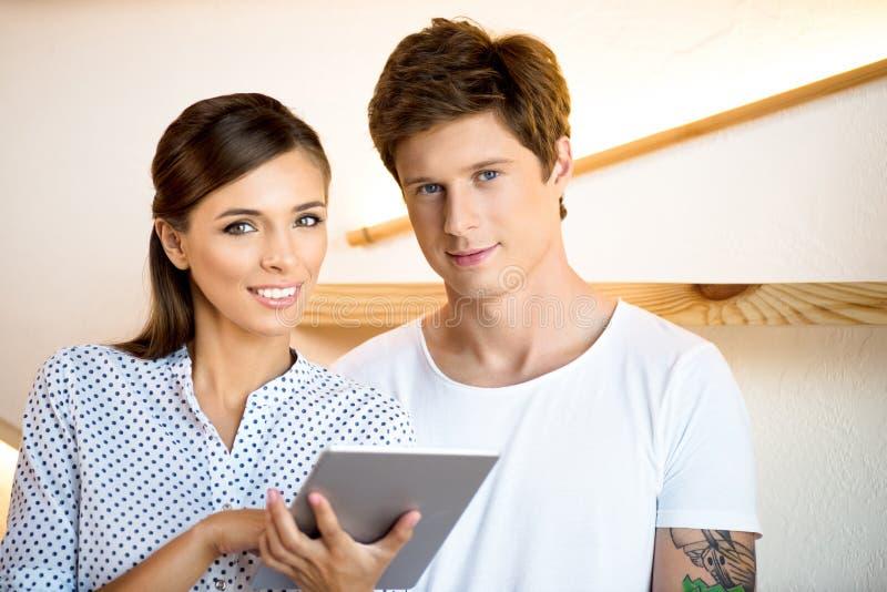 Paare unter Verwendung der digitalen Tablette stockfotos