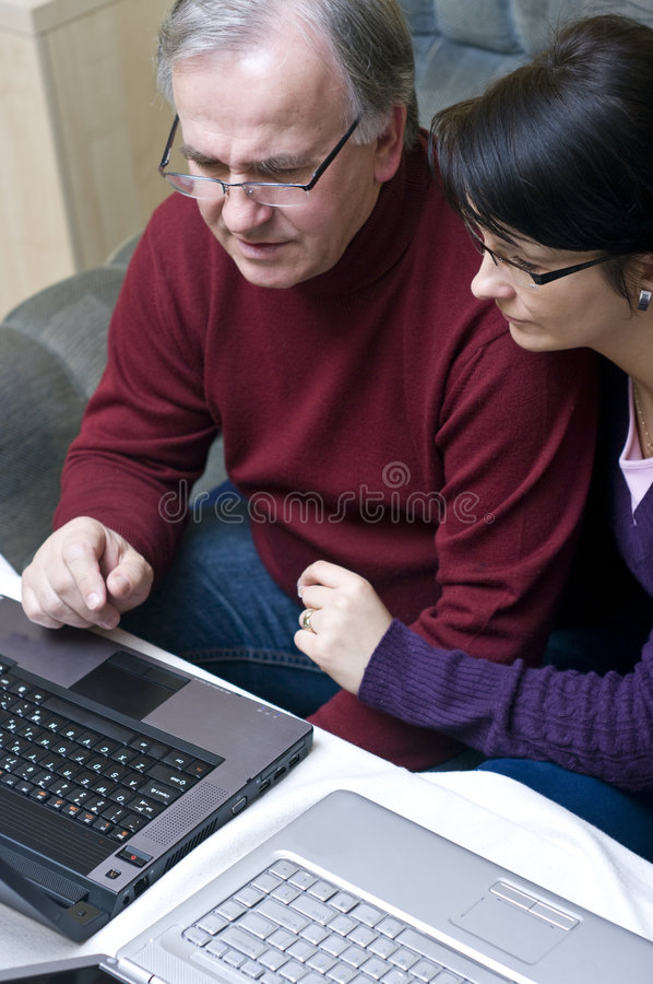 Paare unter Verwendung der Laptope stockbild