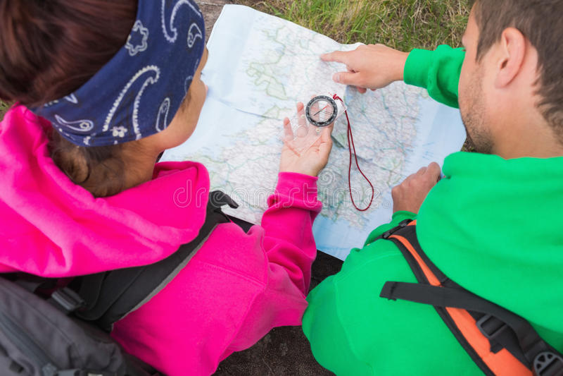 Paare unter Verwendung des Kompassses und der Karte lizenzfreies stockbild