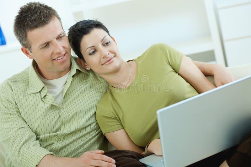 Paare unter Verwendung des Laptops zu Hause stockfoto
