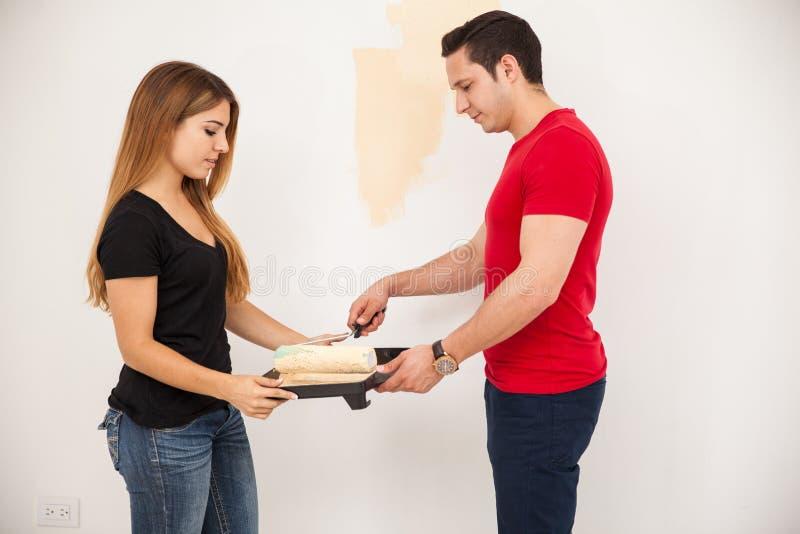 Paare unter Verwendung einer Farbenrolle lizenzfreies stockbild