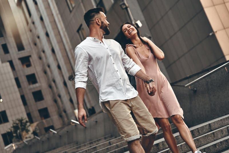 Paare unterwegs stockfotos