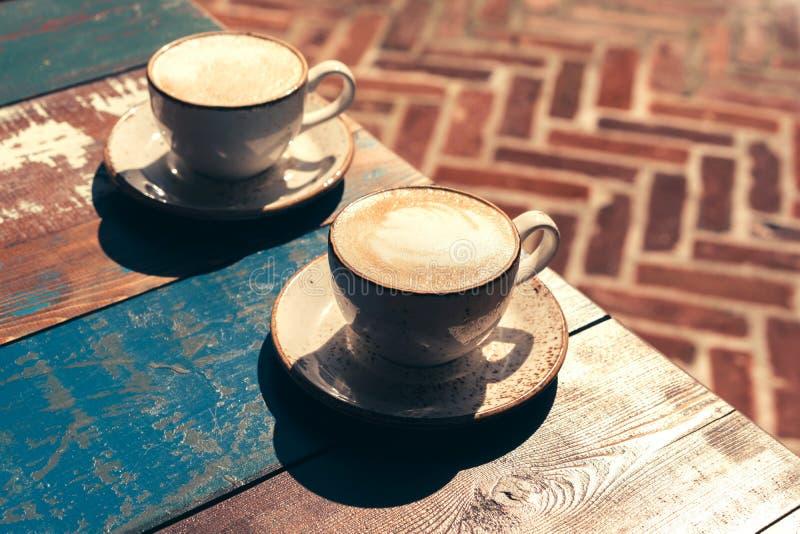 Paare von Cappuccinoschalen stockfotografie