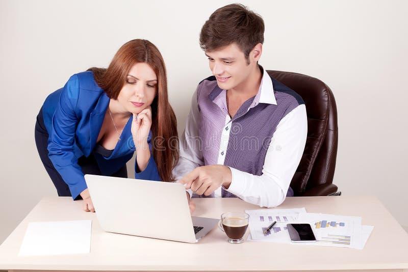 Paare von den jungen Designern, die im modernen Büro, Mitarbeiter zwei arbeiten stockfotografie
