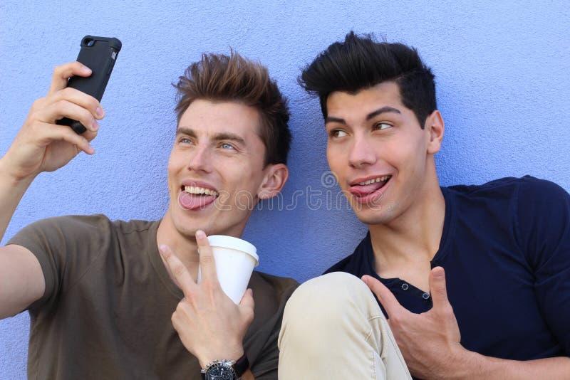 Paare von den Kerlen, die ein selfie nehmen stockbilder