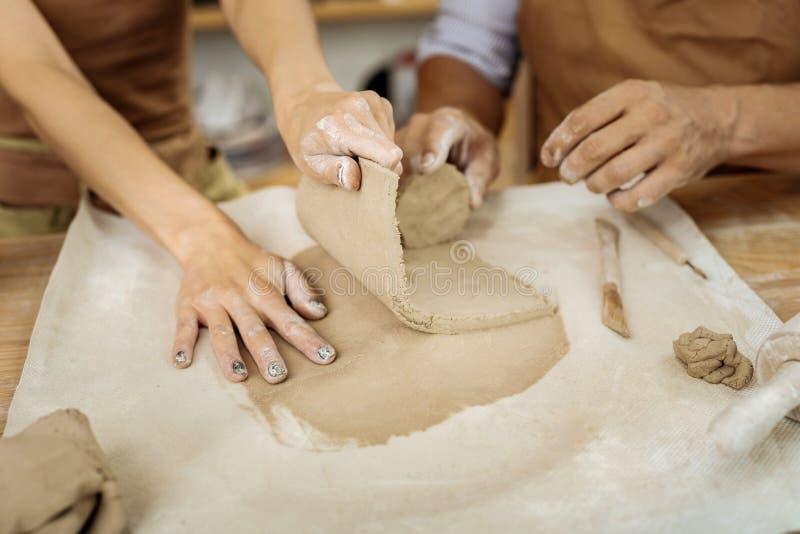 Paare von den männlichen und weiblichen Ceramists, die Schalen bilden lizenzfreies stockfoto