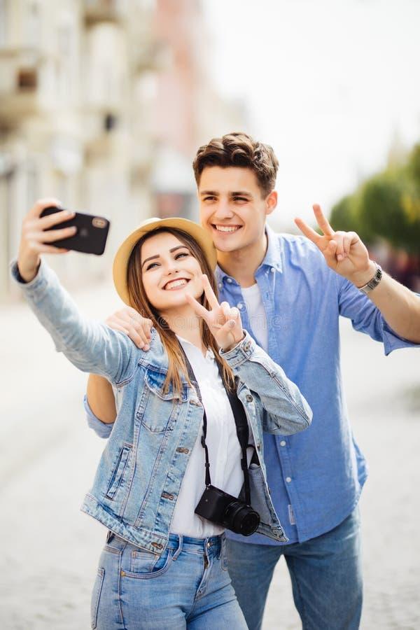Paare von den Touristen, die ein selfie in einer Stadtstraße fotografieren kleines Auto auf Dublin-Stadtkarte stockfotografie