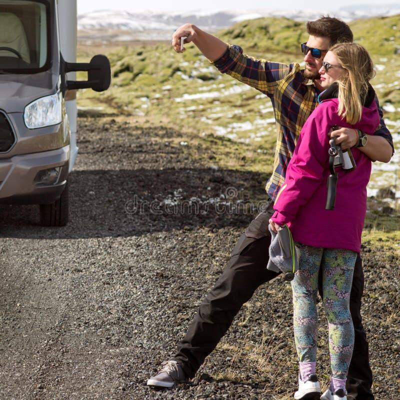 Paare von den Touristen, die selfie auf der Straße in Island tun lizenzfreies stockfoto