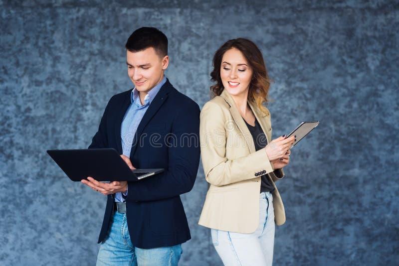 Paare von den Wirtschaftlern, die bei der Sitzung in Verbindung stehen stockbilder