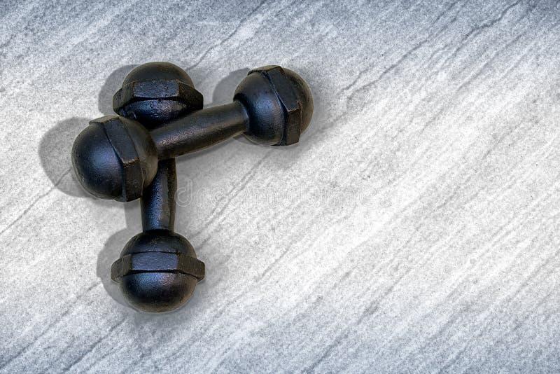 Paare von 1 Eisen-Dummköpfe des Schwarz-5kg auf dem Boden stockbild