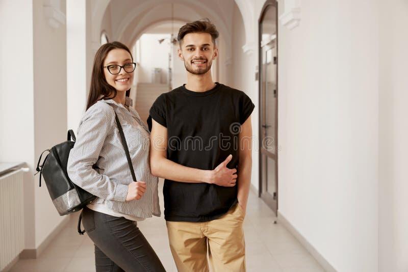 Paare von gl?cklichen Studenten in der Universit?t lizenzfreies stockfoto