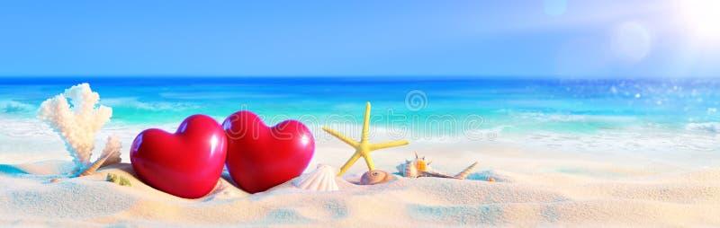 Paare von Herzen auf tropischem Strand lizenzfreie stockbilder