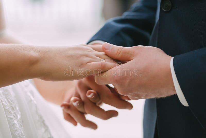 Paare von liebevollen Jungvermählten stockbilder