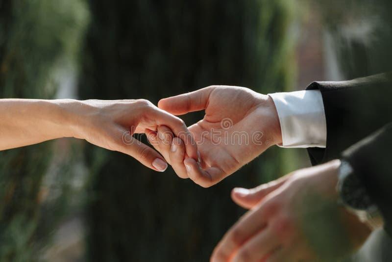 Paare von liebevollen Jungvermählten lizenzfreies stockbild