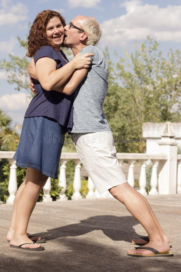 Paare von Liebhabern in liebevoller Haltung stockbild