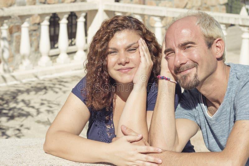 Paare von Liebhabern in liebevoller Haltung stockfotos
