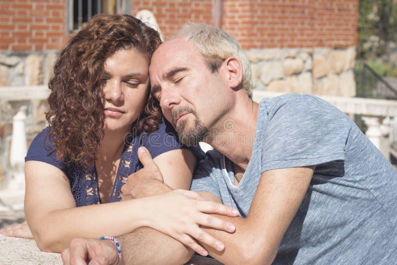 Paare von Liebhabern in liebevoller Haltung lizenzfreie stockfotografie