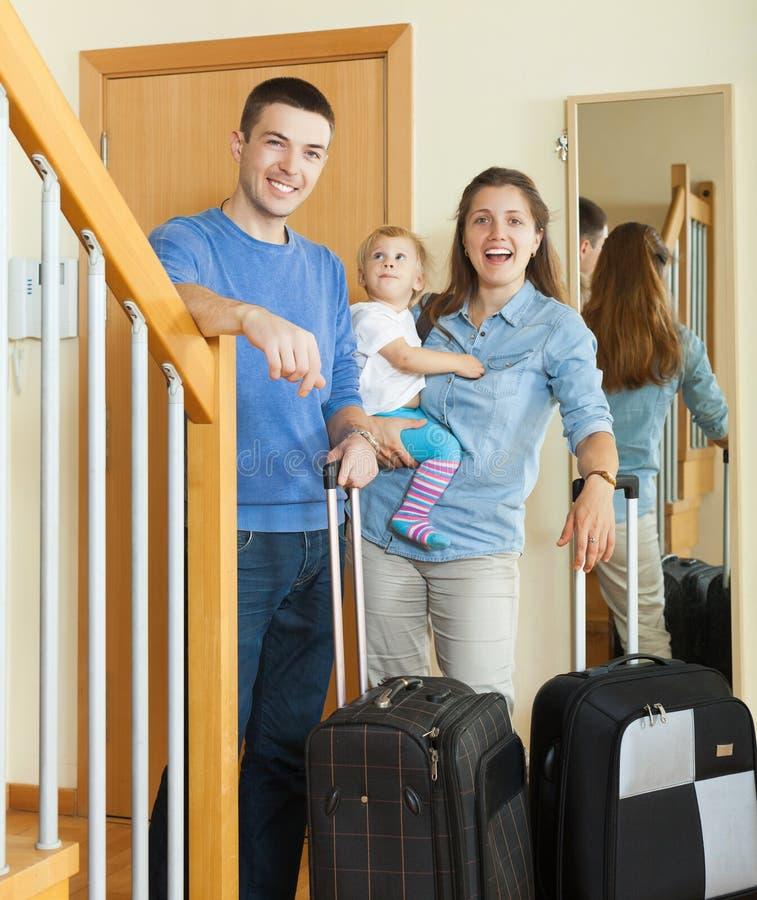 Paare von mittlerem Alter mit Baby mit Gepäck lizenzfreies stockbild