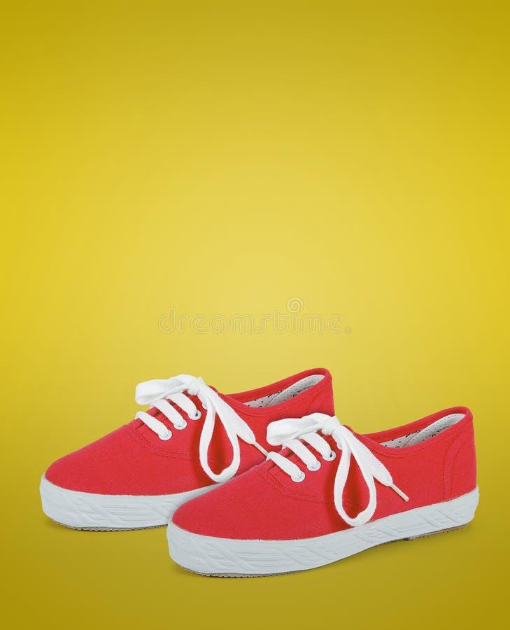 Paare von rotem Unisex- und von Kindern tragen Schuhe zur Schau stockfoto