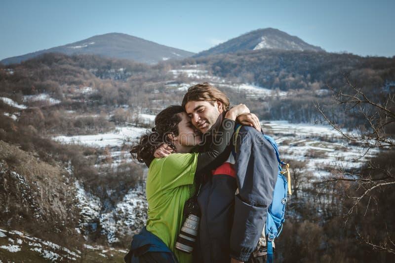 Paare von Wanderern mit Rucksäcken und von Kamera auf der Gebirgsklippe lizenzfreies stockfoto