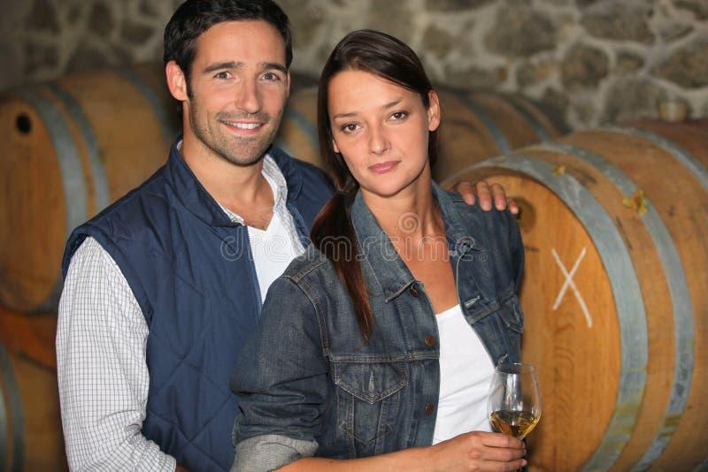 Paare von Winemakers lizenzfreie stockbilder
