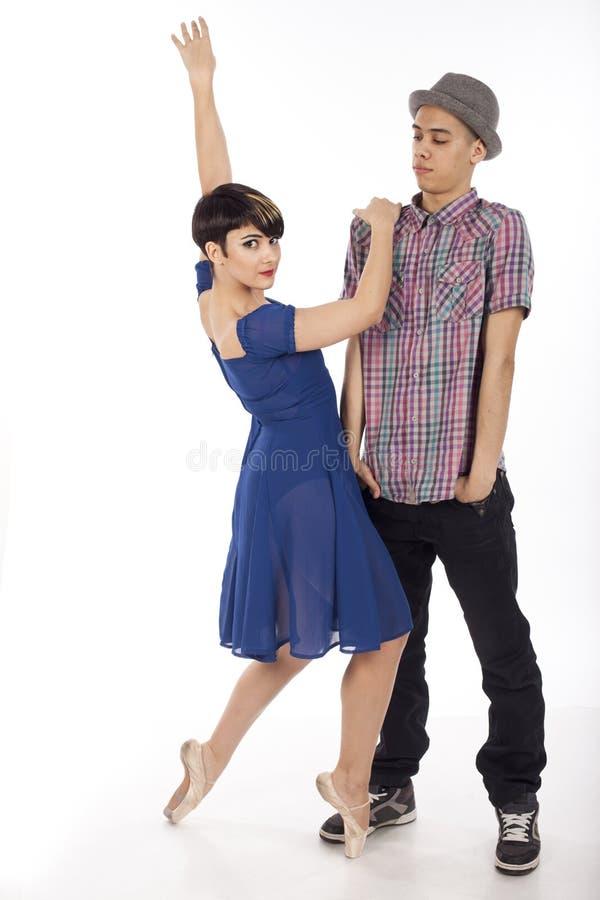 Paare von zwei Tänzern, Frau auf pointes, Mann mit Hut, auf weißem Hintergrund stockfotografie