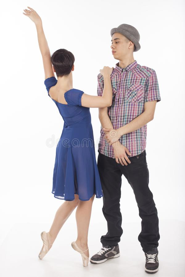 Paare von zwei Tänzern, Frau auf pointes, Mann mit Hut, auf weißem Hintergrund lizenzfreie stockbilder