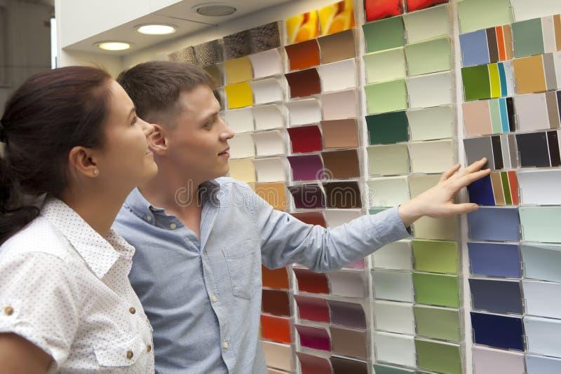 Paare wählen Farbenfarbe vor und betrachten zusammenpassende Proben Haushalt stockbild