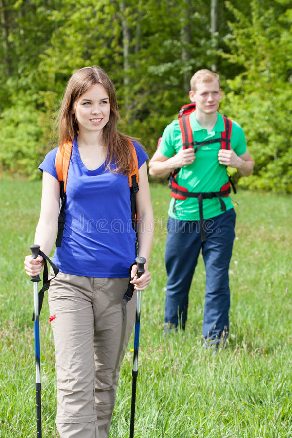 Paare während des Landwegs stockfotos
