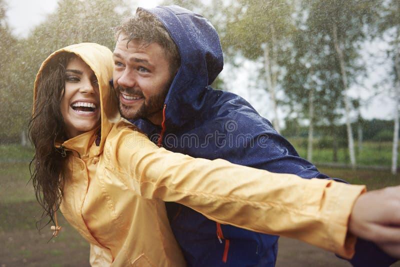 Paare während des regnerischen Tages lizenzfreies stockfoto