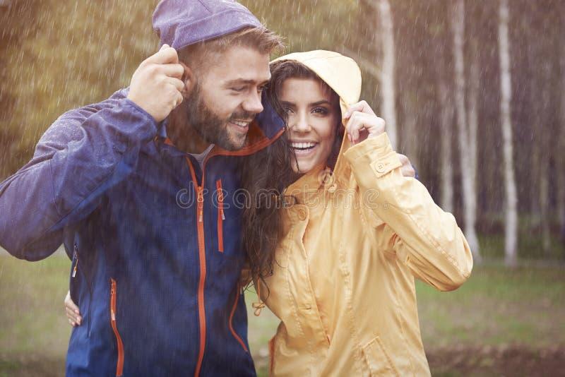 Paare während des regnerischen Tages stockbild